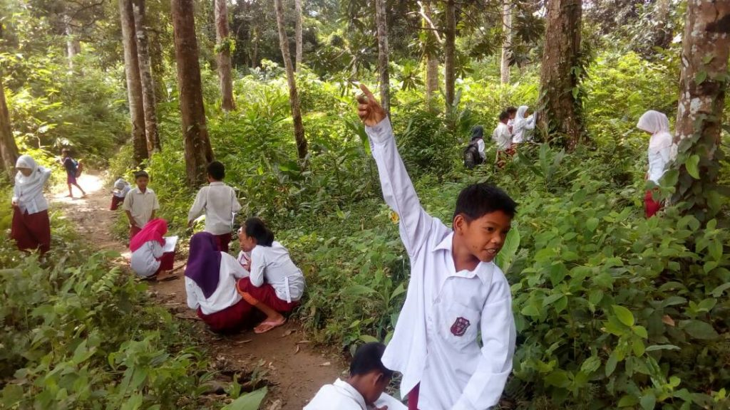 Proses belajar anak-anak dusun terpencil bersama Pungky (Dok.pribadi Pungky)