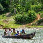 Naik perahu di Seblat (Foto: Erni Suyanti Musabine)